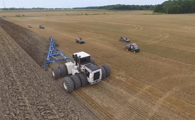 ΕΝΤΥΠΩΣΙΑΚΟ VIDEO: Δείτε το μεγαλύτερο τρακτέρ του κόσμου εν ώρα εργασίας!