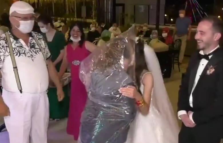 Όποιος θέλει να φιλήσει τη νύφη φοράει σακούλα – Newsbeast