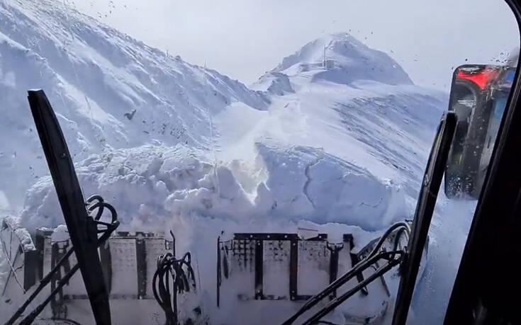Πώς φαίνεται να απομακρύνεις τόνους χιόνι από τη θέση του οδηγού ενός εκχιονιστικού